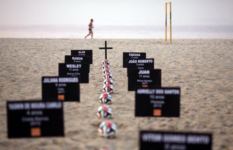 Βραζιλία: Μια μπάλα για κάθε παιδί – θύμα – Συγκλονιστικές εικόνες | Newsit.gr