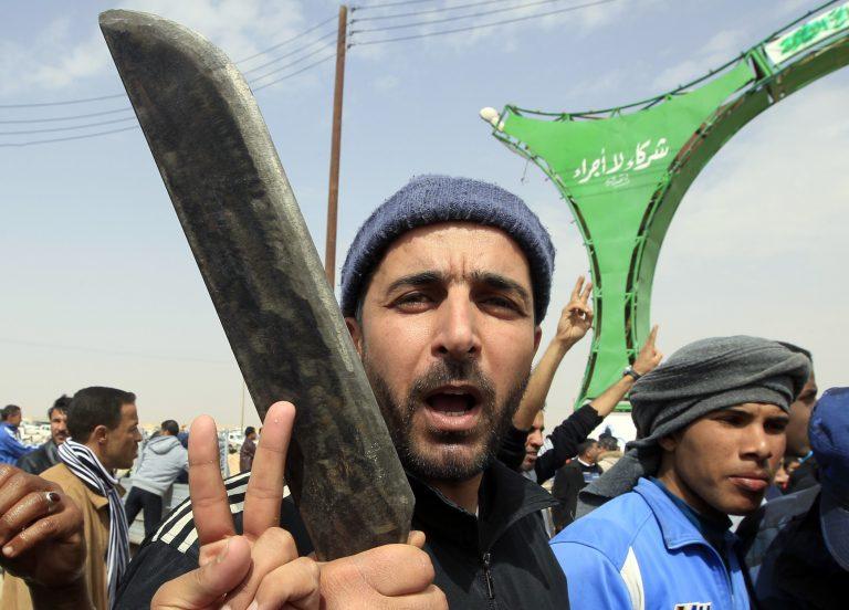 Μάχη για την επιβίωση και τον «μαύρο χρυσό» στη Λιβύη – Ο Καντάφι απειλεί – Φόβοι για 6.000 νεκρούς   Newsit.gr