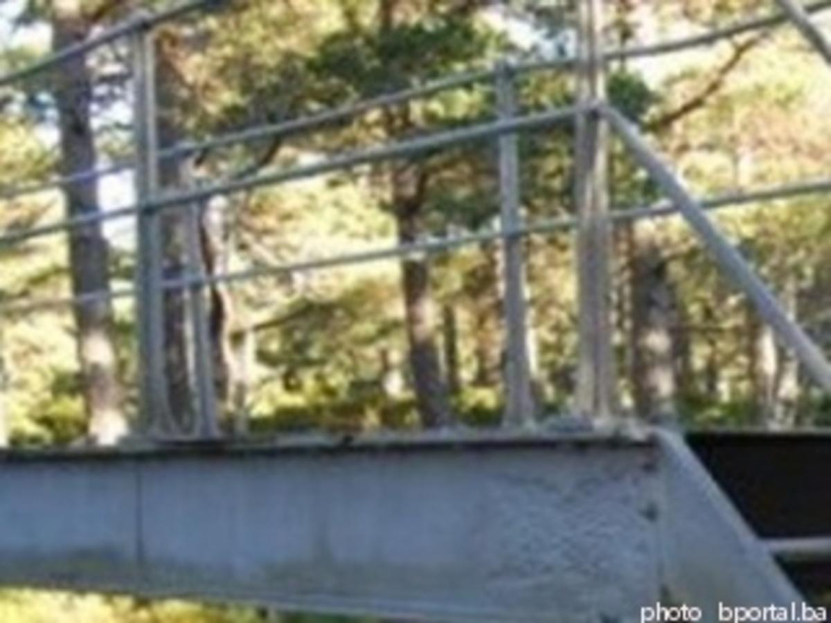 «Σήκωσε» ολόκληρη γέφυρα με τρακτέρ και την πήρε σπίτι του!   Newsit.gr