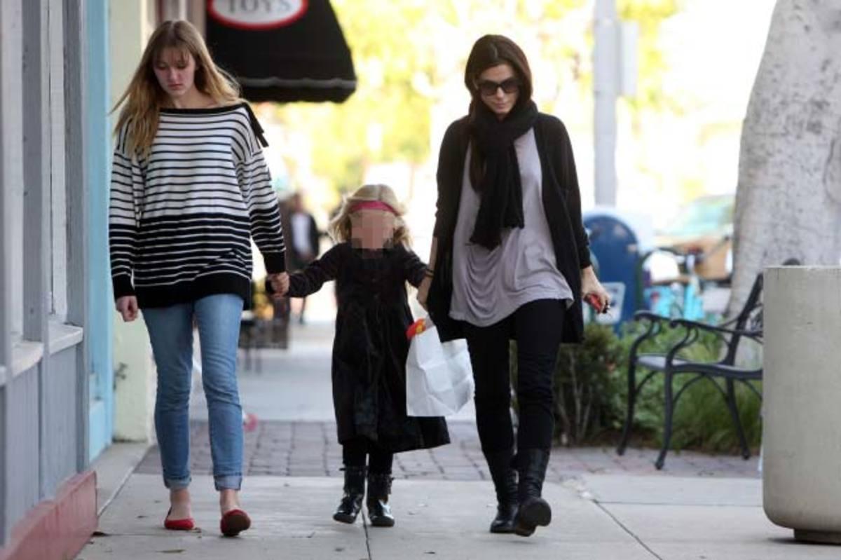 Η «καλύτερη ηθοποιός» βόλτα με την κόρη της! | Newsit.gr