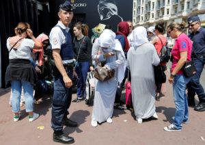 Κάννες: Συνελήφθησαν 10 γυναίκες που σχεδίαζαν να κάνουν μπάνιο φορώντας μπουρκίνι