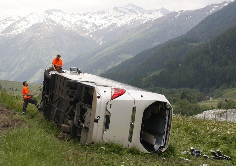 Δύο νεκροί και είκοσι τραυματίες σε ατύχημα στην Ελβετία | Newsit.gr