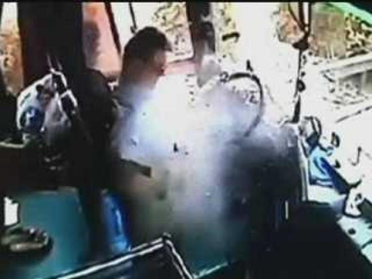 Τον χτύπησε μεταλλικό αντικείμενο ενώ οδηγούσε το λεωφορείο – Βίντεο | Newsit.gr