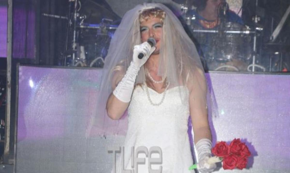 Η… νύφη που βλέπεις είναι γνωστός τραγουδιστής! Τον αναγνώρισες; | Newsit.gr