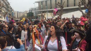 Πατρινό καρναβάλι… στην Πλάκα! «Πλημμύρισε» καρναβαλιστές η Αθήνα! [vids, pics]