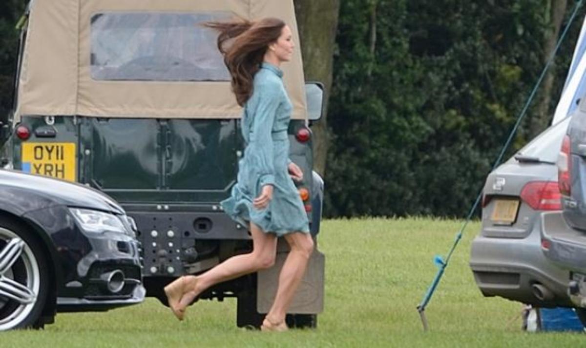 Δούκισσα Catherine: Με mini φόρεμα μας δείχνει τις γυμνασμένες γάμπες της! | Newsit.gr