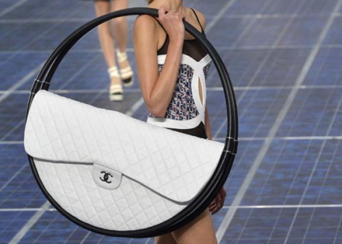 O Karl Lagerfeld μίλησε για τη νέα συλλογή Chanel και για τη τσάντα χούλα χουπ | Newsit.gr