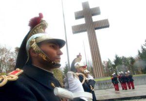 Έσπασαν τον σταυρό και έφτυσαν τον τάφο του Σαρλ ντε Γκολ