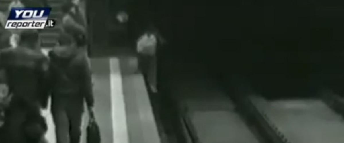 10χρονος παίζει βιντεοπαιχνίδι και πέφτει στις γραμμές του μετρό (βίντεο)   Newsit.gr