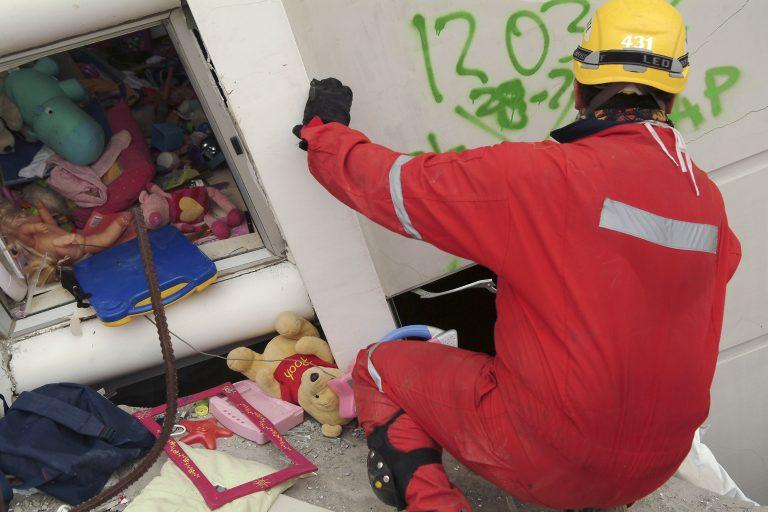 Ελπίδα στα συντρίμμια – Βρέθηκαν 3 επιζώντες | Newsit.gr