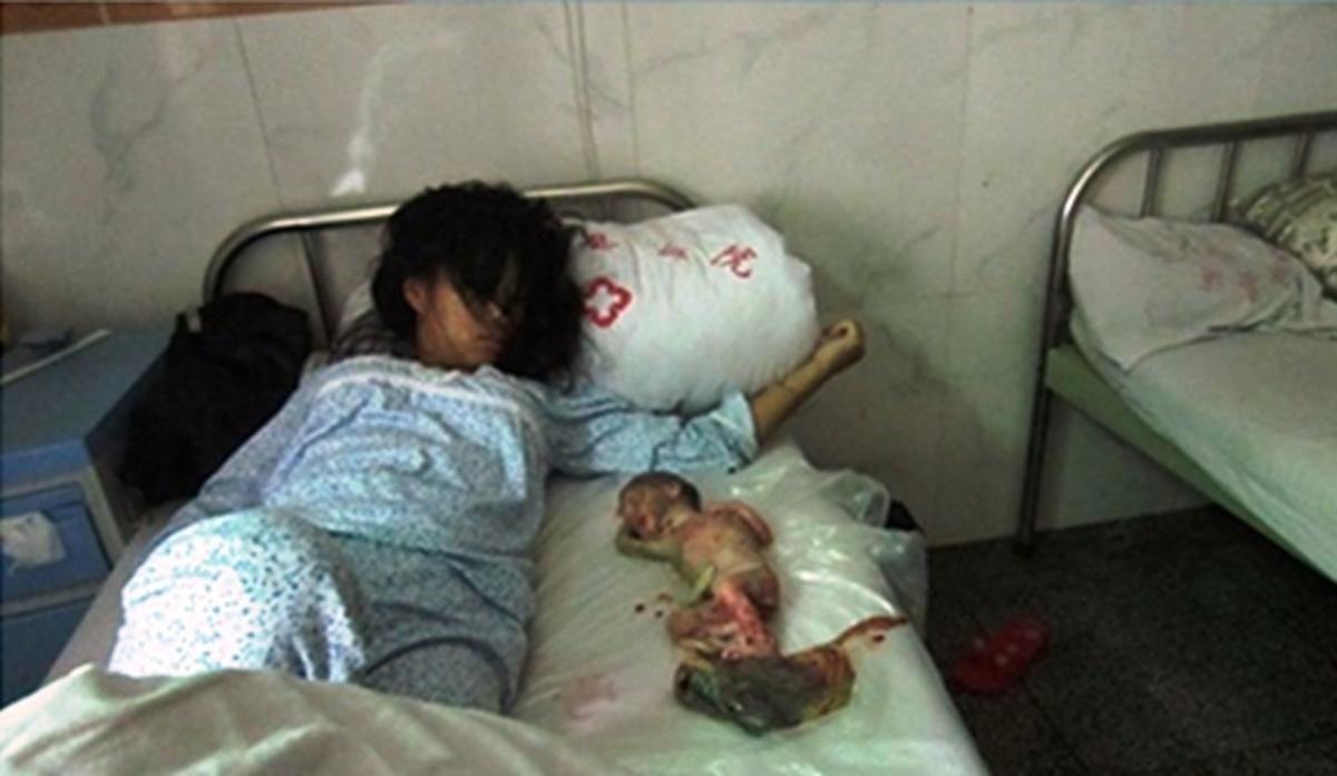 Φωτογραφία που ΣΟΚΑΡΕΙ: Η Κίνα σκοτώνει τα παιδιά της | Newsit.gr