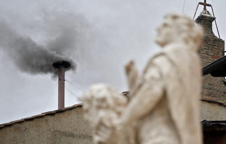 Εκλογή Πάπα: Μαύρος καπνός ξανά! LIVE από το Βατικανό | Newsit.gr