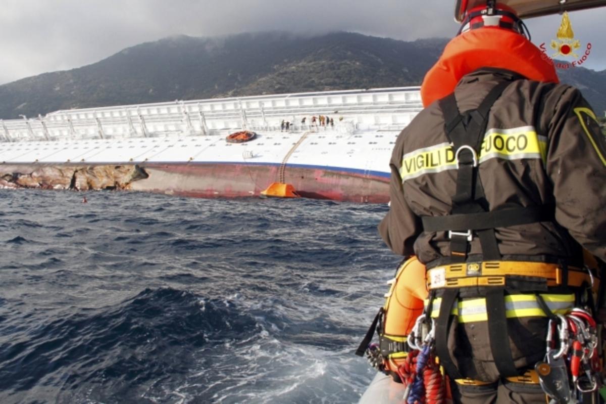 Βυθίστηκε περισσότερο το Costa Concordia – Σταμάτησαν ξανά οι έρευνες για τους αγνοούμενους | Newsit.gr