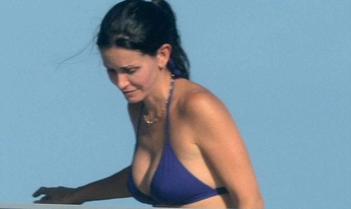 Cougar couture! Η C. Cox επιδεικνύει τις καμπύλες της μέσα στο μωβ μπικίνι της! | Newsit.gr