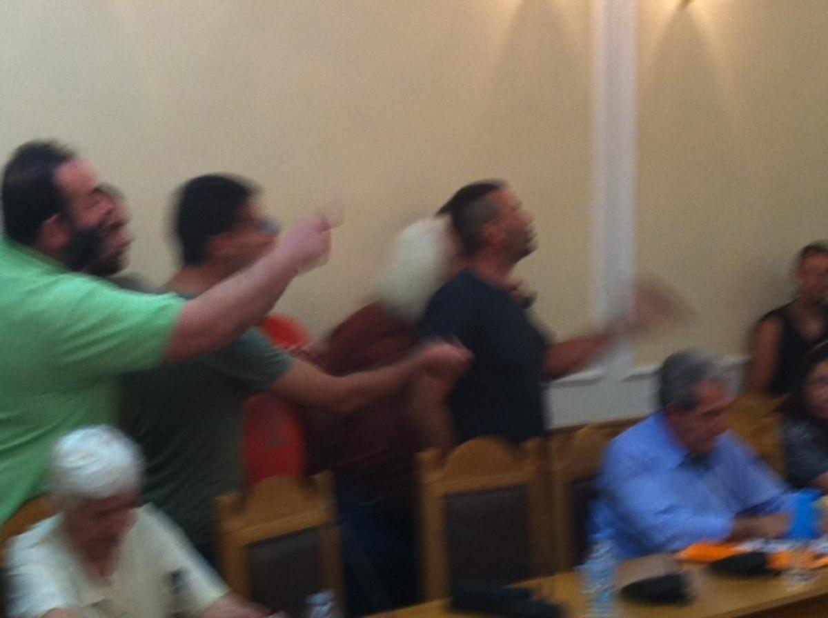 Κρήτη: Πιάστηκαν στα χέρια με τους περιφερειακούς συμβούλους! – ΒΙΝΤΕΟ | Newsit.gr