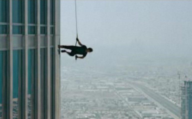 ΔΕΙΤΕ τον Tom Cruise να αιωρείται γύρω από τον ψηλότερο ουρανοξύστη του κόσμου! | Newsit.gr