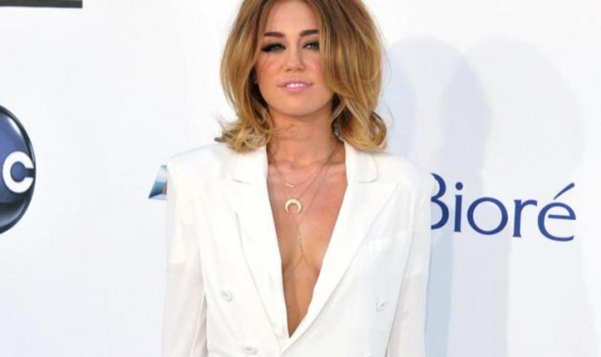 M. Cyrus: Πήγε στα βραβεία Billboard, μόνο με το… σακάκι της! | Newsit.gr
