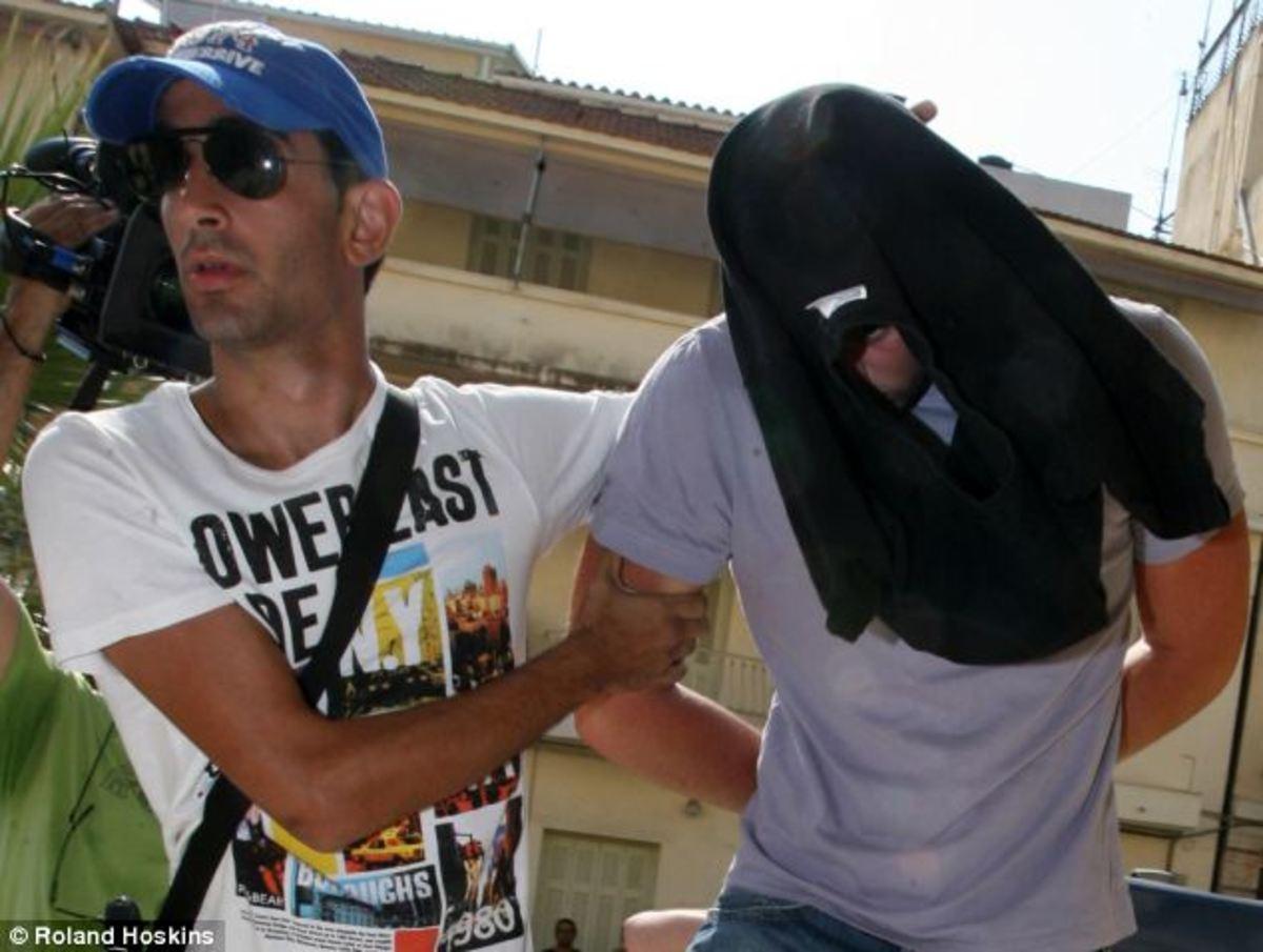 Ζάκυνθος:»Ο δειλός Έλληνας δολοφόνος κρύβει το πρόσωπό του»! | Newsit.gr