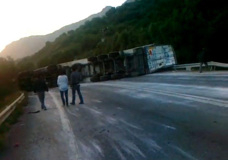 «Τούμπαρε» νταλίκα στην εθνική οδό – Κυκλοφοριακό κομφούζιο για τουλάχιστον 4 ώρες | Newsit.gr