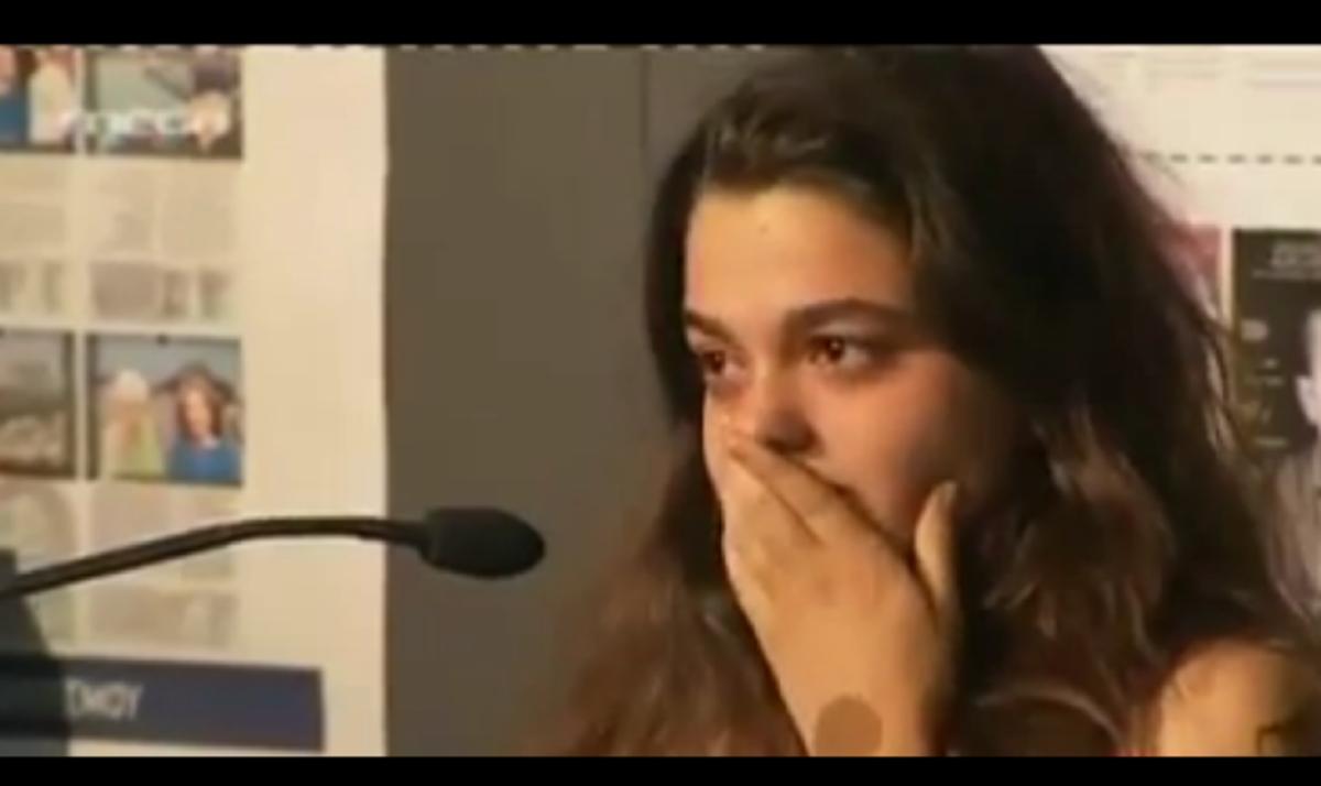 Τα δάκρυα μιας 17χρονης μαθήτριας και η αγωνία της για την Ελλάδα | Newsit.gr
