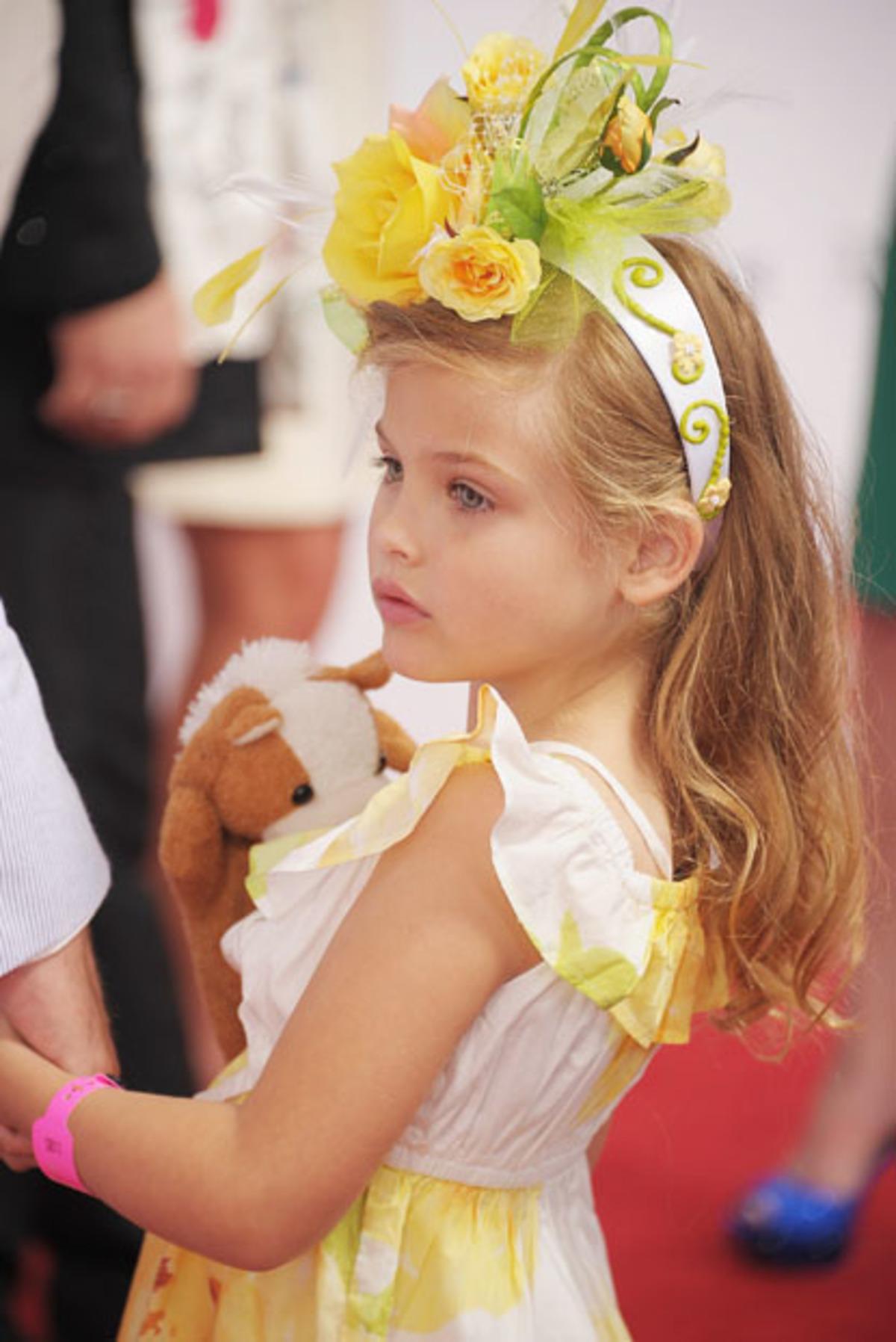 Αναγνωρίζεις το κοριτσάκι; Είναι ίδια, η διάσημη μητέρα της  που έχει φύγει από τη ζωή! | Newsit.gr