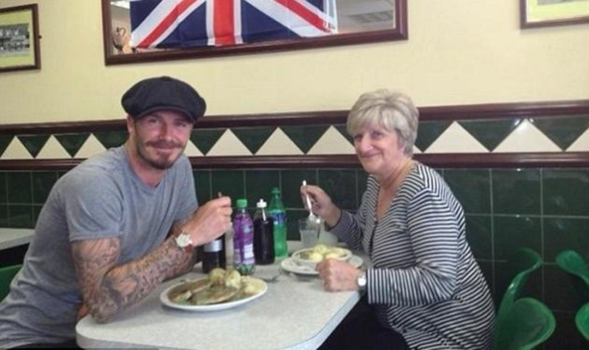 Το αγόρι της μαμάς! Ο D. Beckham πήγε βόλτα με την μαμά του | Newsit.gr