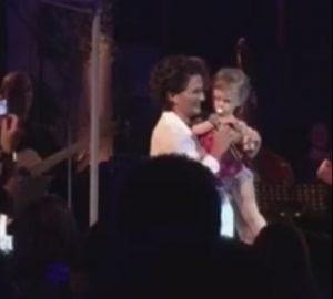 Πάτρα: Το στιγμιότυπο της Άλκηστις Πρωτοψάλτη με ένα μωρό που κάνει θραύση στο youtube!