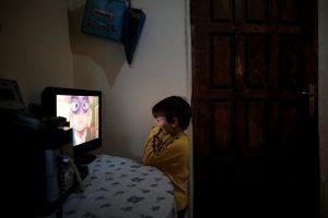 Δημοσίευμα «μαχαιριά» του Reuters: Οι Έλληνες ζουν στο σκοτάδι από τα χρέη στη ΔΕΗ