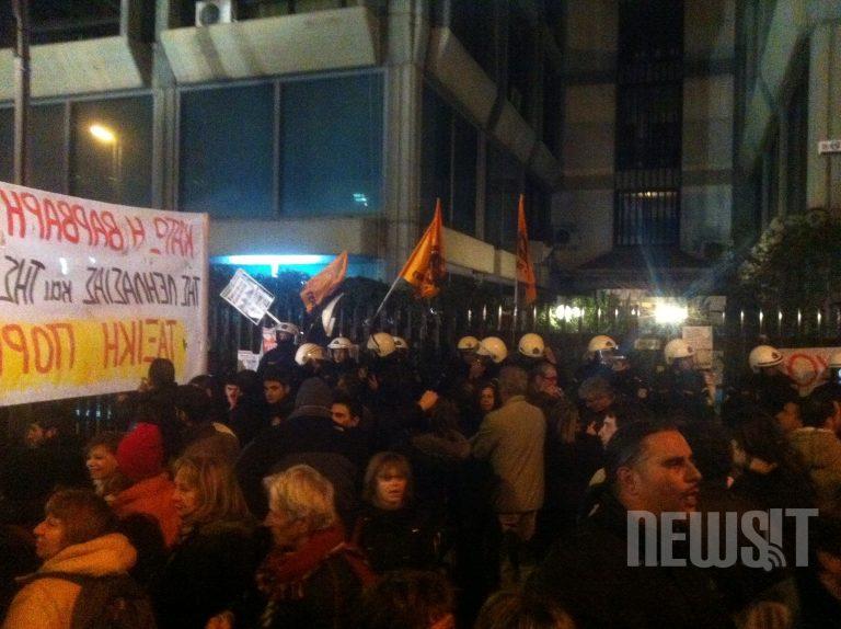 Συνεχίζουν το μπλόκο στο κτίριο της ΔΕΗ οι συνδικαλιστές της ΓΕΝΟΠ   Newsit.gr