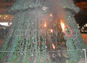 Αλέξανδρος Γρηγορόπουλος: Έκαψαν το χριστουγεννιάτικο δέντρο! [pics]