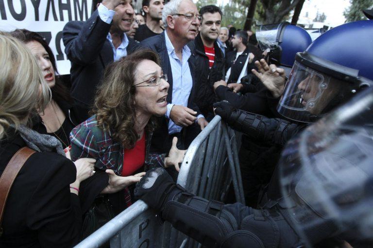 Σε μια κλωστή η Κύπρος – Επαναφέρουν το «κούρεμα» από την πίσω πόρτα – Όλα θα κριθούν από τις διαθέσεις της τρόικας | Newsit.gr