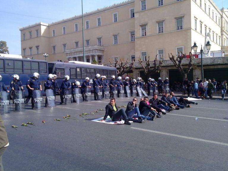 Καθιστική διαμαρτυρία έξω από τη Βουλή για τις λαϊκές | Newsit.gr