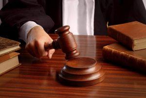 Καταδικάστηκε να πληρώσει στη μητέρα του αποζημίωση για την ανατροφή του