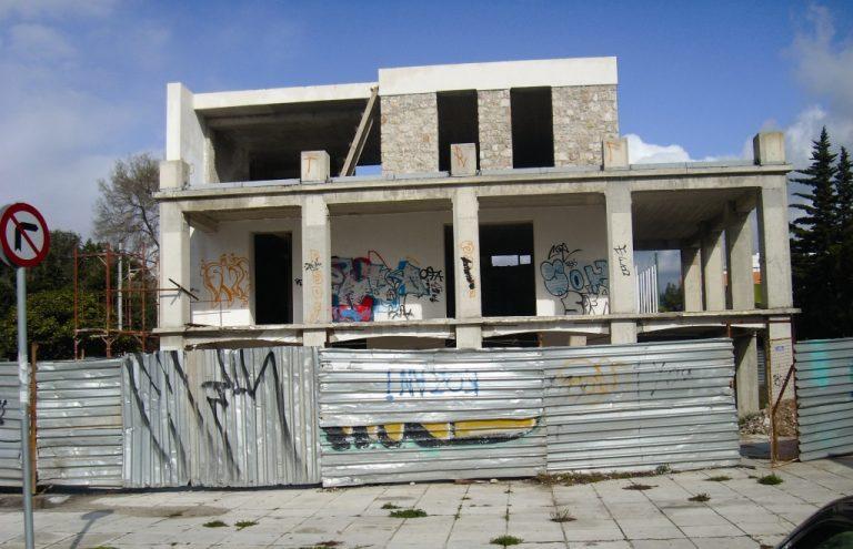 ΘΕΜΑ NEWSIT: Ρημάδι παραμένει το παλιό δημαρχείο Γλυφάδας | Newsit.gr