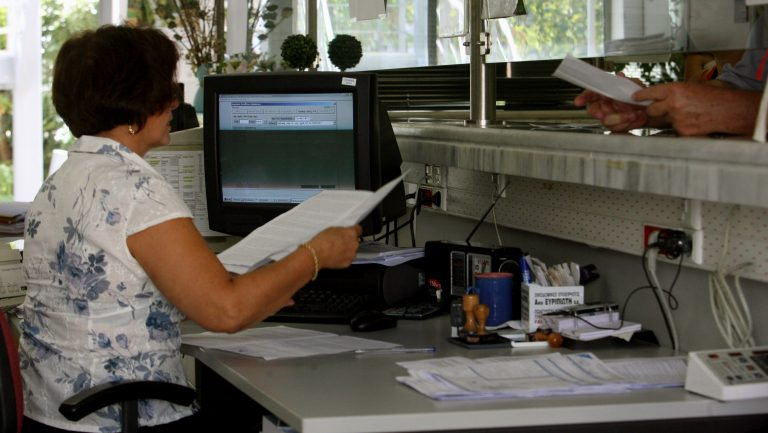 Σκληρό μπρα ντε φερ με την τρόικα – Απαιτούν απολύσεις και στο στενό δημόσιο τομέα | Newsit.gr