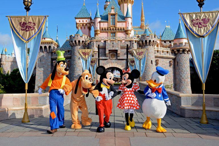 Η Disneyland φοράει φουστανέλα και γιορτάζει με καλαματιανό και φαγητά από γνωστή μας σεφ! | Newsit.gr