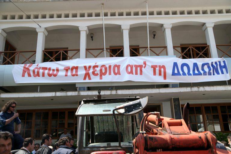 Κτηνοτρόφοι κι εργαζόμενοι απέκλεισαν το λιμάνι της Ηγουμενίτσας | Newsit.gr