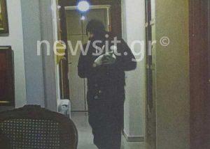 Παλαιό Φάληρο: Φωτογραφίες ντοκουμέντο! Ο ληστής μέσα στο διαμέρισμα!