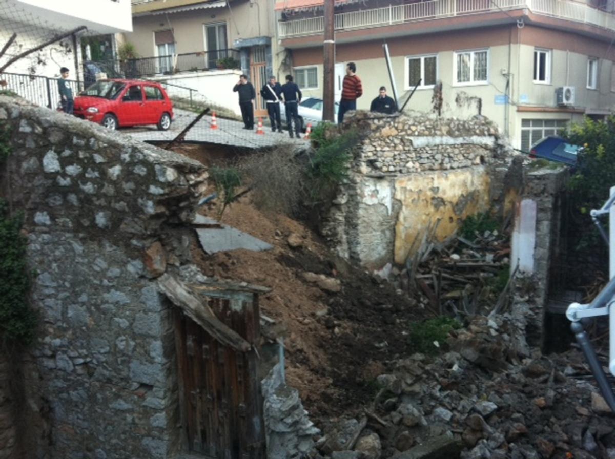 Λαμία: Υποχώρησε το τοιχίο, ακολούθησε ο δρόμος! | Newsit.gr
