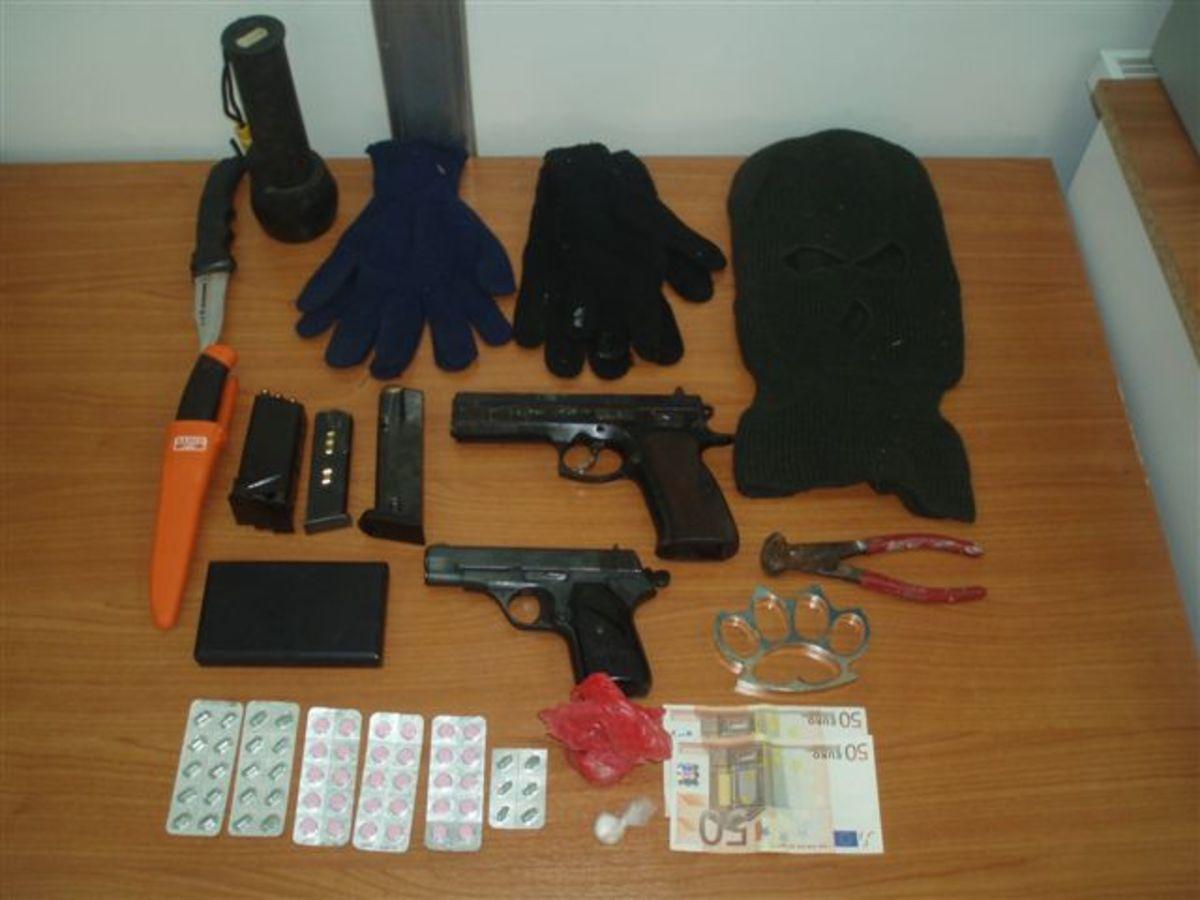 Εκτός από ναρκωτικά είχε πιστόλια και..κουκούλες! | Newsit.gr