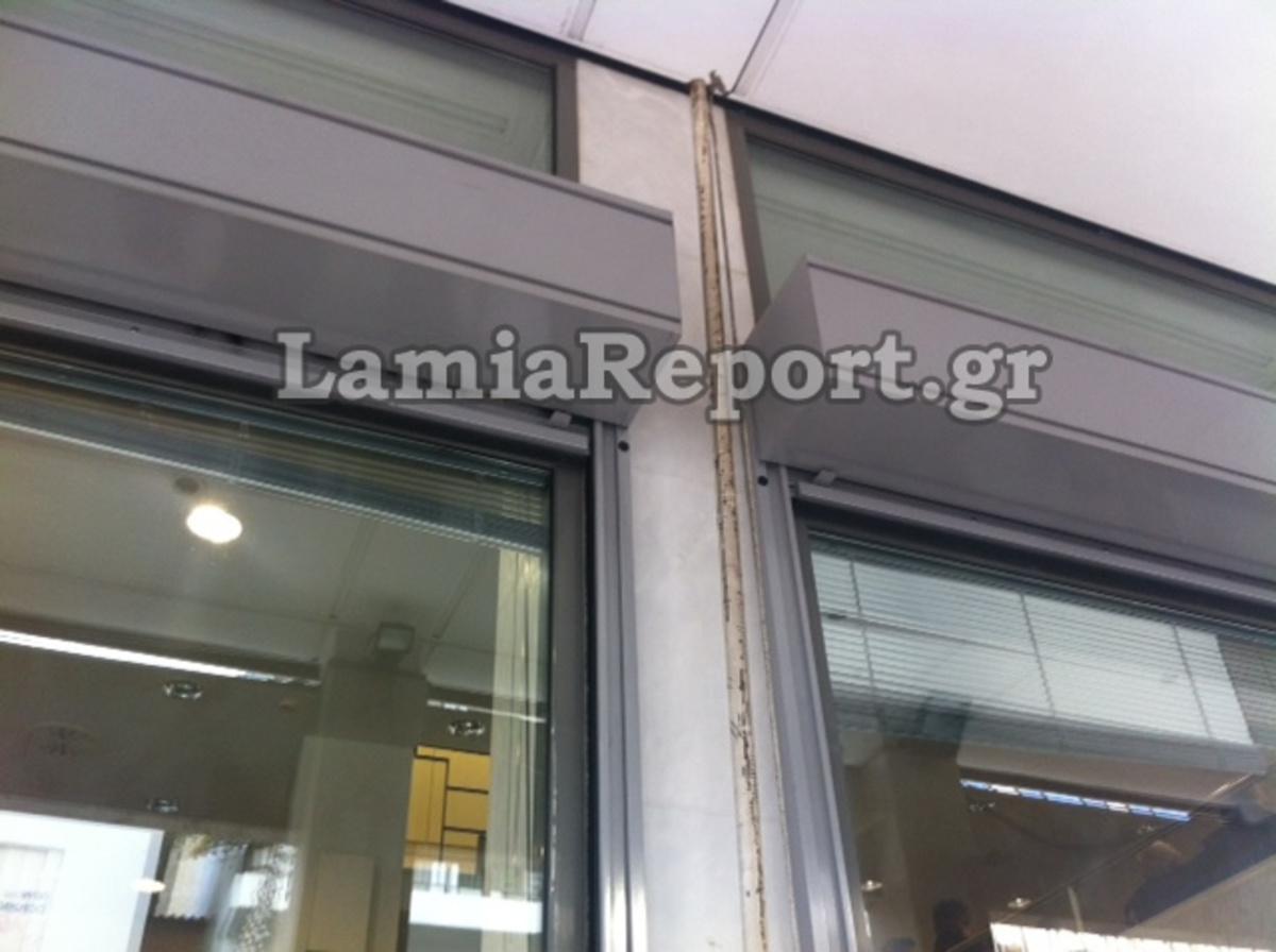 Φθιώτιδα: Κατέβασαν την ελληνική σημαία και την έκαψαν στο πεζοδρόμιο! | Newsit.gr