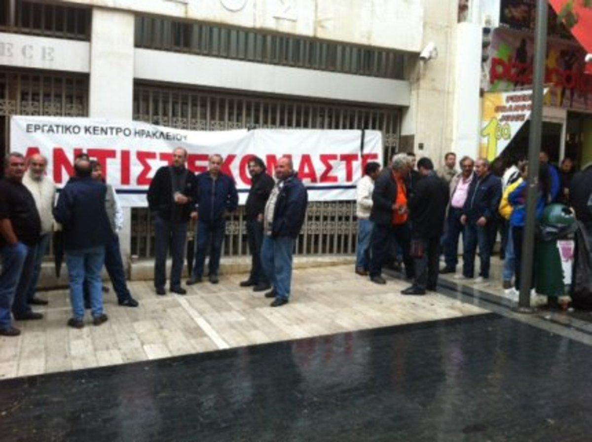 Ηράκλειο: »Βράζουν» για την ψήφιση των μέτρων – Κατέλαβαν το δημαρχείο και απέκλεισαν τράπεζα!   Newsit.gr