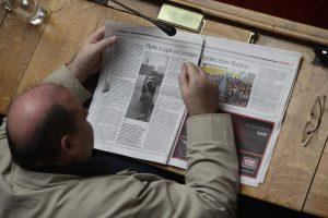 Τι διαβάζει ο Φίλης στη Βουλή; [pic]