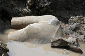 """Παγκόσμιος θαυμασμός για την σπουδαία αρχαιολογική ανακάλυψη – Το άγαλμα του Φαραώ που """"κοιμόταν"""" επί 3.000 χρόνια"""