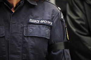 Νταής Ειδικός Φρουρός! Έβγαλε όπλο σε μετανάστες, κατέληξε στο τμήμα