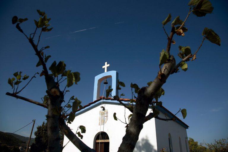 Αυτοκίνητο προσγειώθηκε στο προαύλιο εκκλησίας! | Newsit.gr