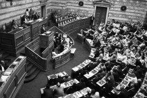 Υπερψηφίστηκε ο εκλογικός νόμος αλλά πολύ μακριά από τις 200 ψήφους – Άγριοι καυγάδες με χυδαίες εκφράσεις