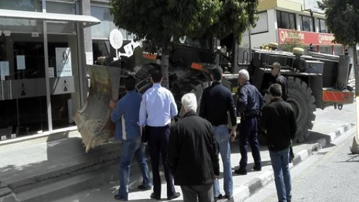 Μπούκαρε με μπουλντόζα σε τράπεζα για τις καταθέσεις του! | Newsit.gr