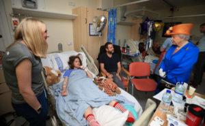 Μάντσεστερ: Η βασίλισσα Ελισάβετ κοντά στα τραυματισμένα παιδιά [pics]
