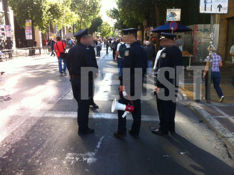 Γιατί κρατάει ντουντούκα ο Αστυνομικός; | Newsit.gr